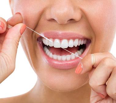igiene orale e prevenzione con l'uso di filo interdentale