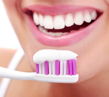 prevenzione e corretta igiene orale con l'uso di spazzolino e dentifricio