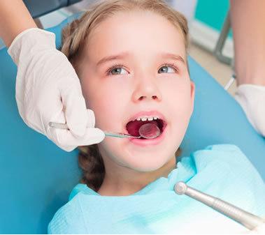 dentisti bambini roma, bambino curato sulla poltrona del pedodontista