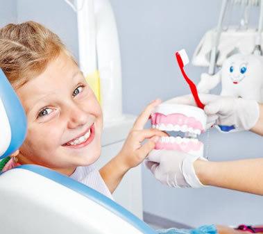 bambino sorridente durante visita presso il dentista pediatrico di Roma