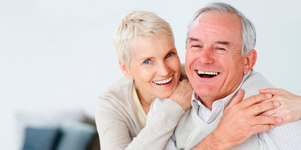 coppia fotografata dopo intervento di implantologia a carico immediato