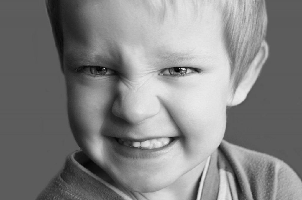 bambino nell'atto di digrignare i denti